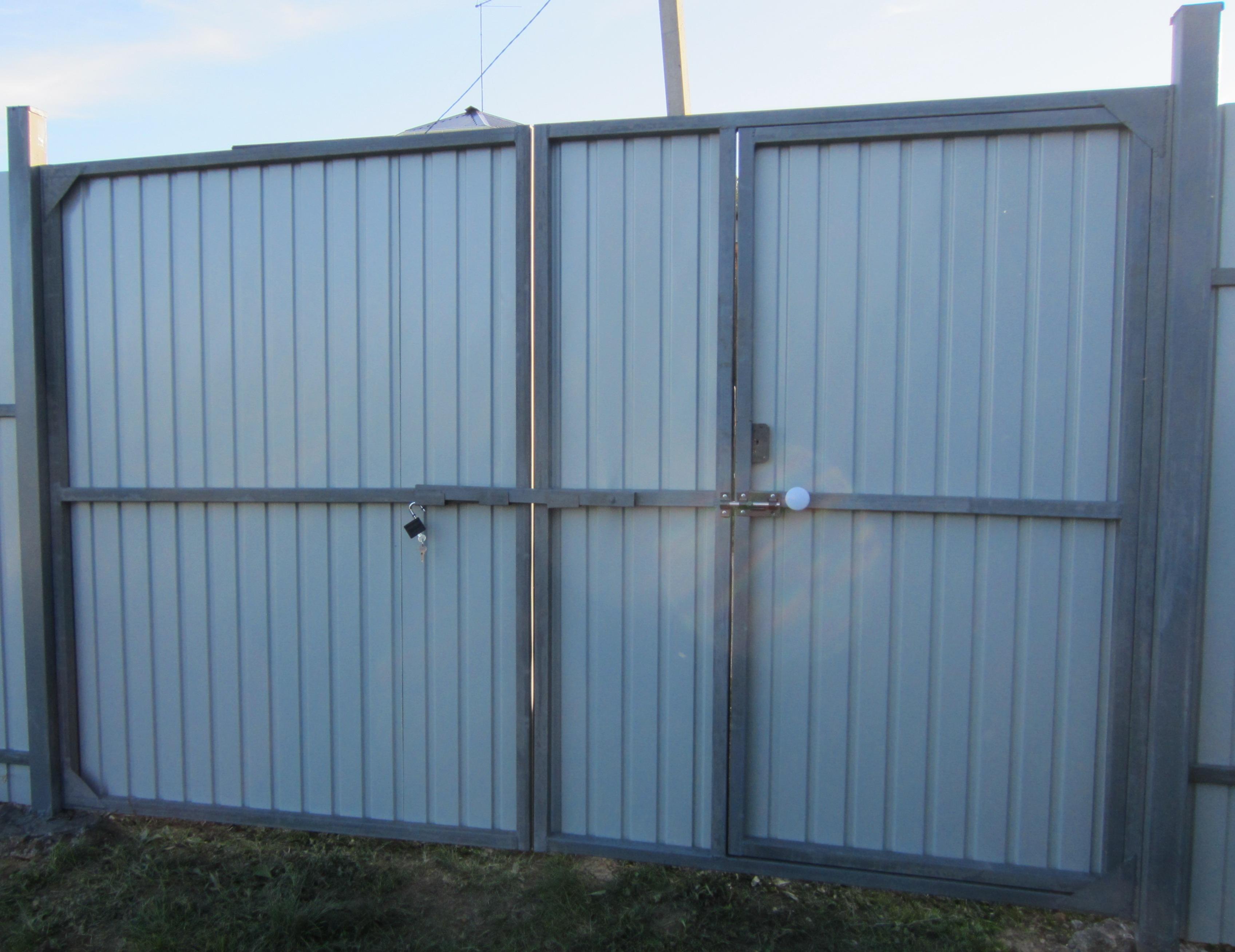 Ворота распашные из профнастила с внутренней калиткой ворота хвртки брами